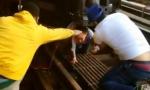 أمريكي يقفز أمام القطار محتضنًا طفلته..